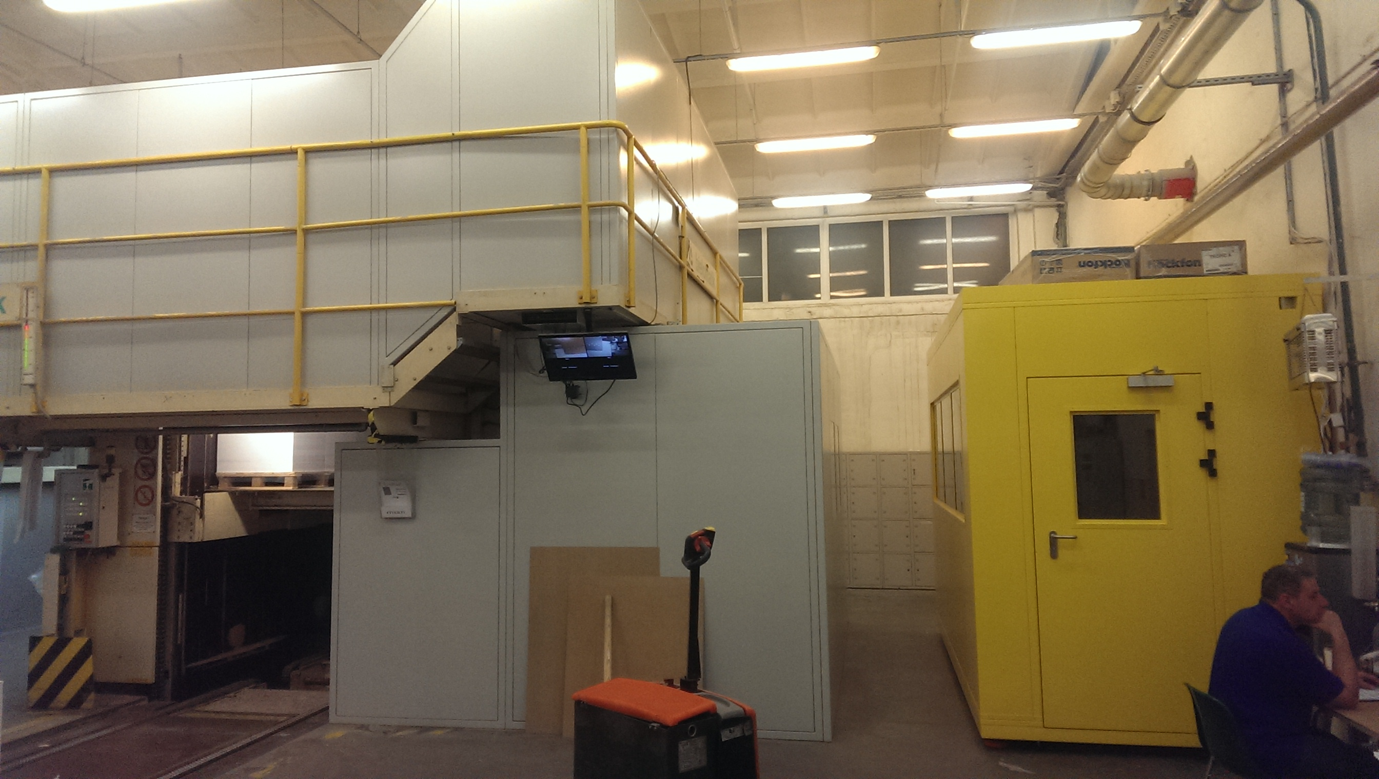 Kabina operatora i ekran akustyczny linii przekrawacza papieru