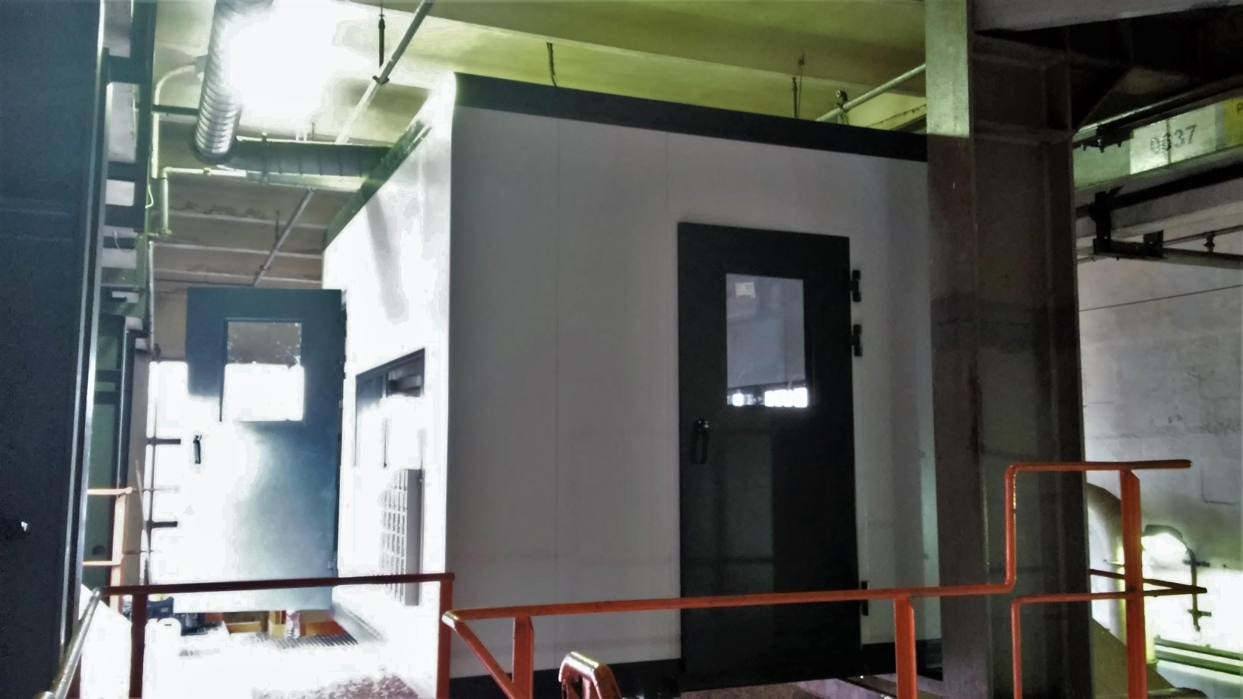 Kabina dźwiękoizolacyjna operatora skrawarki na lini produkcji płyt wiórowych